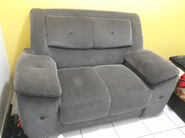 Sofá cinza usado em boas condições - 2 lugares