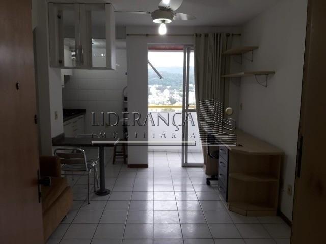 Apartamento, Serrinha, 1 dormitório, sala com sofá cama e rack, cozinha com armários, área - Foto 7