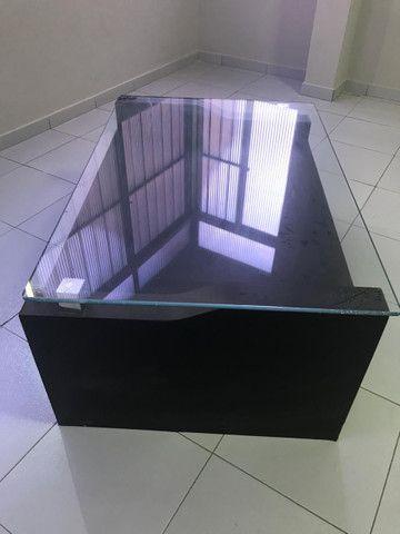 Vendo centro em madeira e tampo de vidro - Foto 3