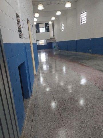 Aluga se salão de 150 metros quadrados com  três banheiros  por 3.000 abaixei  - Foto 2