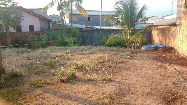 Vende-se terreno com duas casas
