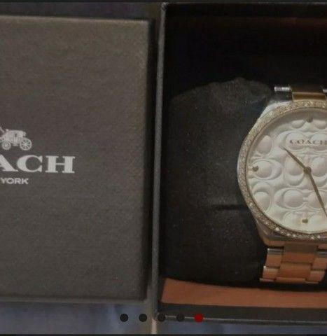 Vendo relógio COACH original tem 2 anos de garantia, e um petit coração rosa Pandora - Foto 4