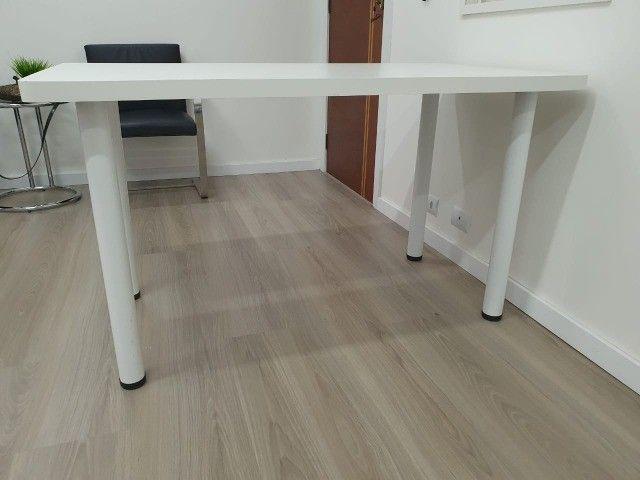 Mesa em formica branca com pés tubulares em metal. 1.30x70x75 - Foto 2