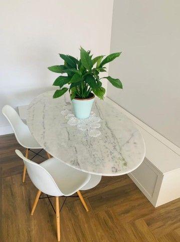 Mesas Saarinen tulipa de jantar com tampo em Granito branco Espírito santo 140 x 080 oval