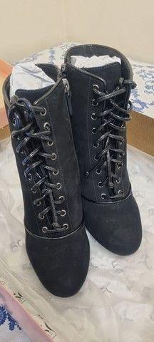 Bota ankle boot em nobuk e verniz, com cadarco, 35 salto alto raphaella booz  - Foto 2