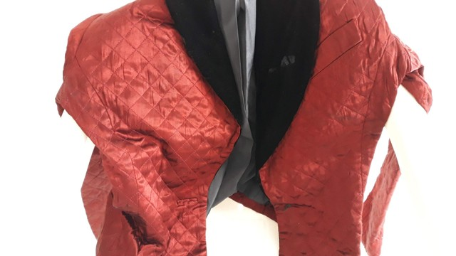 Vendo um lindo Blazer feminino todo novo   na cor velmelho com preto.
