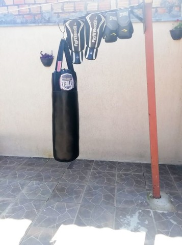 Saco de boxe + luvas e caneleiras