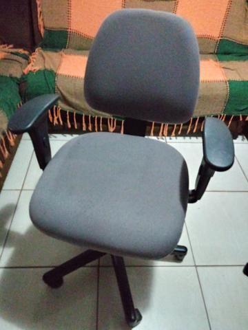 Vende-se ou troca por celular 2 cadeiras de escritório flexform - Foto 2