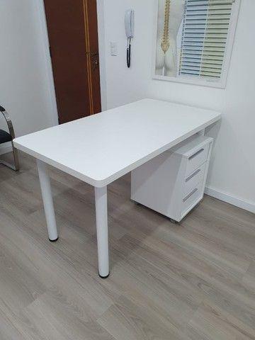 Mesa em formica branca com pés tubulares em metal. 1.30x70x75