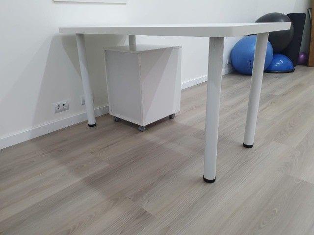 Mesa em formica branca com pés tubulares em metal. 1.30x70x75 - Foto 3