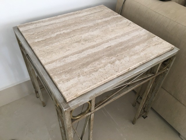 Mesa lateral em mármore