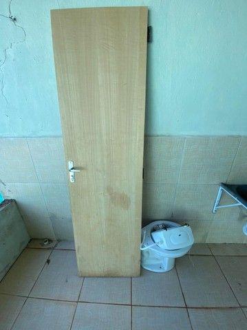 Porta com fechadura e dobradiças + vaso