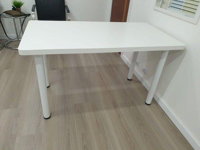Mesa em formica branca com pés tubulares em metal. 1.30x70x75 - Foto 4