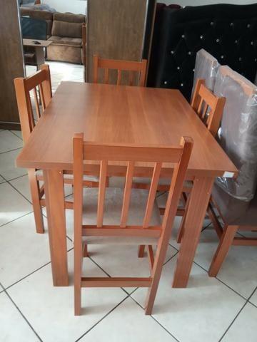 Mesa de madeira com 4 cadeiras - Foto 3