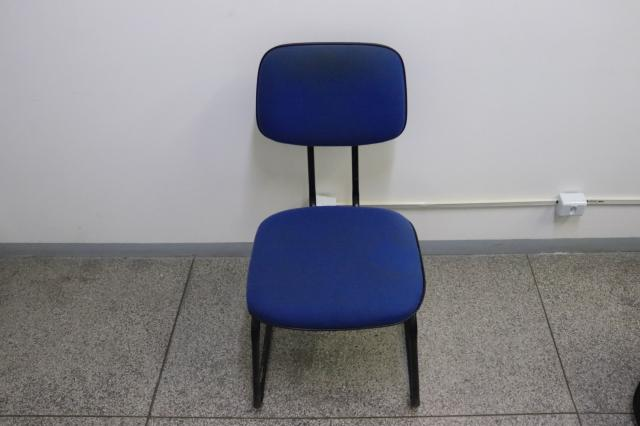 Cadeira de Escritório s/ Braço / Fixa em Tecido Azul 86.5 cm x  44 cm x  43 cm - Foto 2