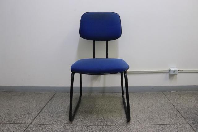 Cadeira de Escritório s/ Braço / Fixa em Tecido Azul 86.5 cm x  44 cm x  43 cm