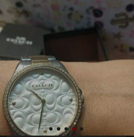 Vendo relógio COACH original tem 2 anos de garantia, e um petit coração rosa Pandora - Foto 3
