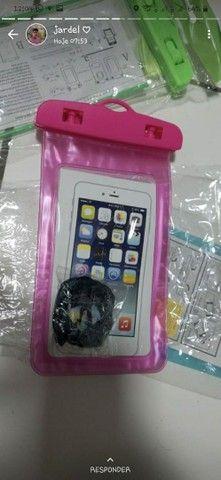 vendo capinhas protetoras de celular na água