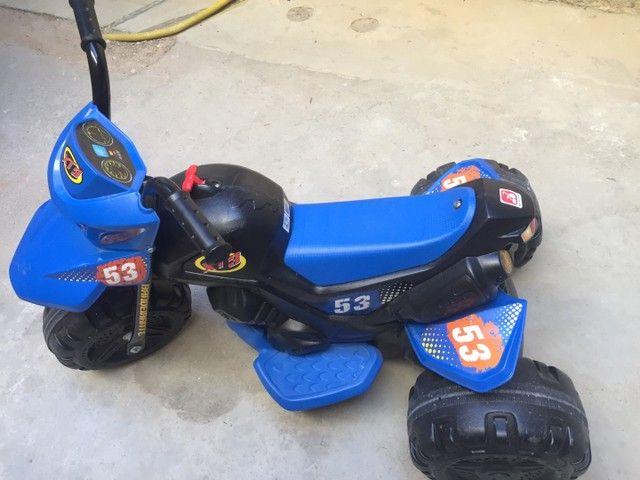 Moto elétrica XT3 Bandeirantes 6v - Azul e Preta - Foto 2