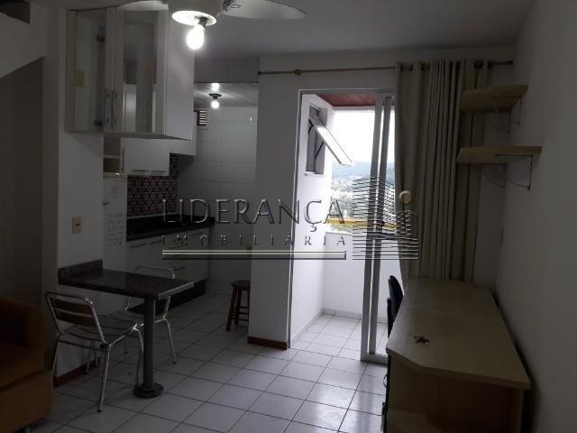 Apartamento, Serrinha, 1 dormitório, sala com sofá cama e rack, cozinha com armários, área - Foto 4