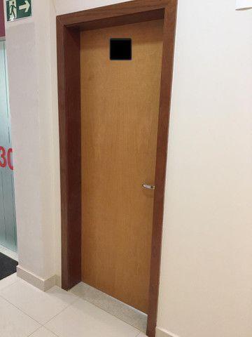 Porta de madeira com portal