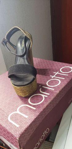Vendo Sandália meia pata preta com fio dourado. - Foto 2