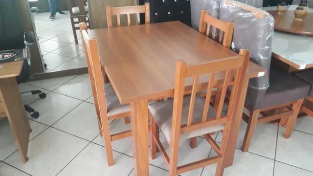 Mesa de madeira com 4 cadeiras - Foto 2