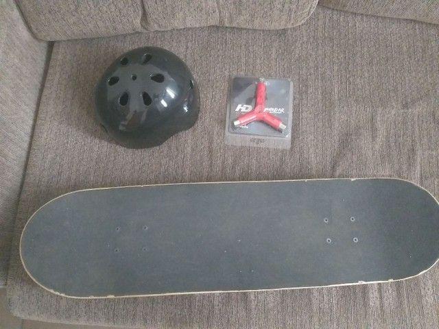 Skate profissional Santa Cruz (pouco usado) + capacete + ferramenta - Foto 2