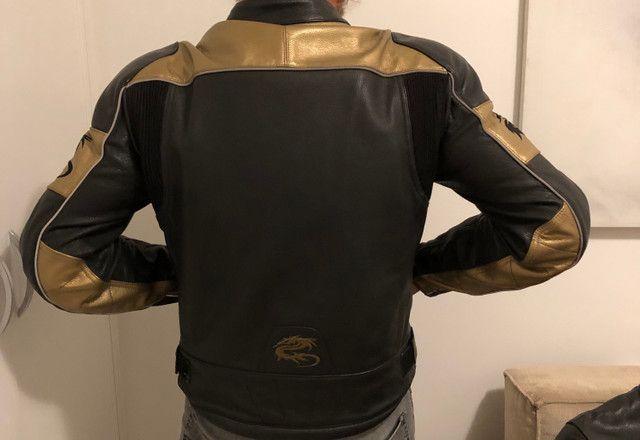 Jaqueta em couro Madiff masculina com detalhes em dourado. Muito bonita! Super conservada - Foto 2