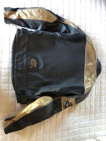 Jaqueta em couro Madiff masculina com detalhes em dourado. Muito bonita! Super conservada - Foto 4