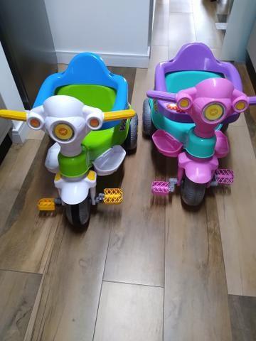 2 Motoca triciclo calesita (1 masculina e outra feminina)