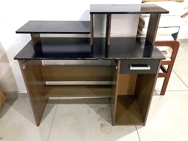 Escrivaninha, Rack para Pc ótimo estado para uso ( acompanha cadeira )
