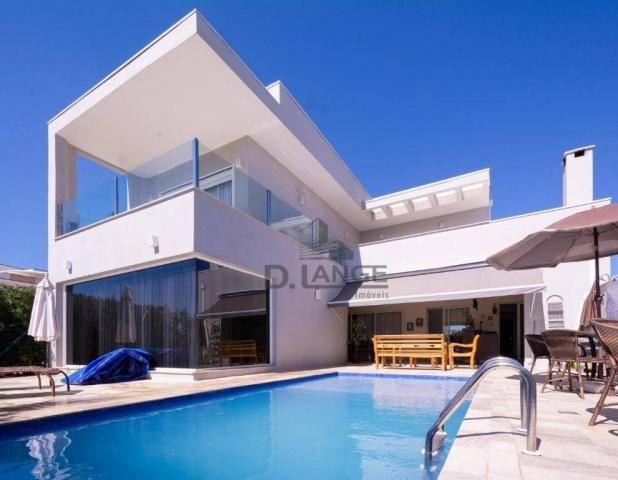 Lindo sobrado com 380m², 4 suítes com ar condicionado, churrasqueira e piscina.