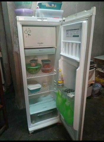 Uma geladeira esmalteque e mais uma mesa de madeira - Foto 2