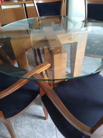 Mesa de vidrobredonda pes de madeira com 5 cadeiras estofadas de madeira