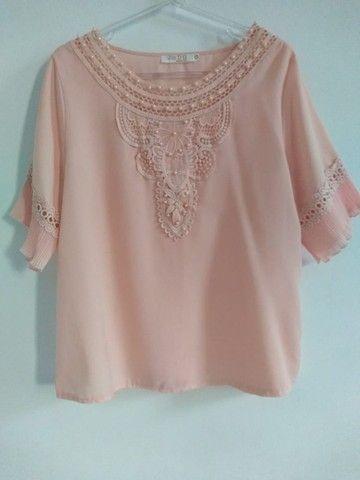 Camisa feminina, seda, rosa, rendas nas mangas curtas. Tam. M. Usado.