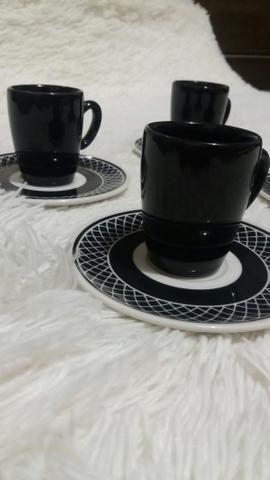 Jogo de 4 xícaras de café + pires. Novo