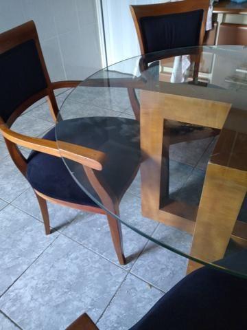 Mesa de vidrobredonda pes de madeira com 5 cadeiras estofadas de madeira - Foto 3