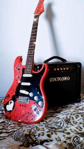 Guitarra Condor Strato rosa e Amplificador Cubo meteoro  - Foto 2