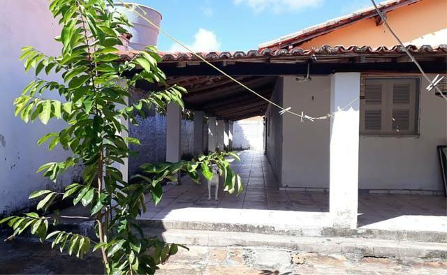 Casa simples com 4 quantos a 2 minutos da praia atalaia