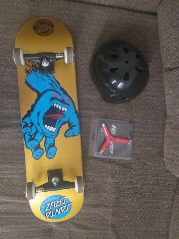 Skate profissional Santa Cruz (pouco usado) + capacete + ferramenta