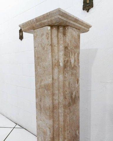 Par Colunas Laterais Decorativas em Mármore Travertino Bahiano Esculpido - Foto 4