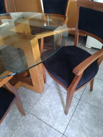 Mesa de vidrobredonda pes de madeira com 5 cadeiras estofadas de madeira - Foto 2