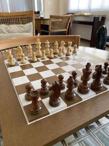 Tabuleiro e peças de Xadrez em madeira