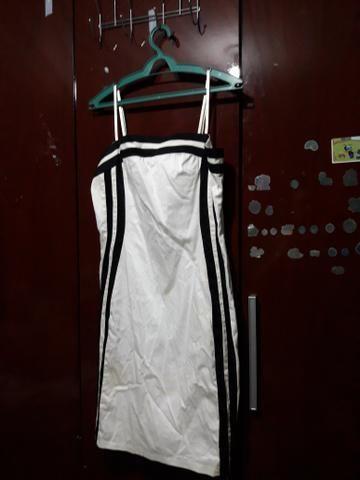 Vestido branco com listra preta
