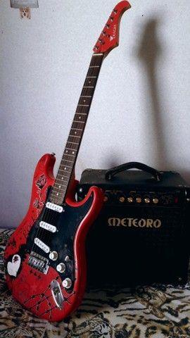 Guitarra Condor Strato rosa e Amplificador Cubo meteoro
