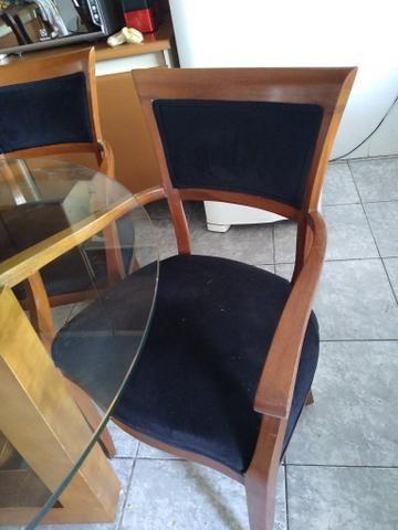 Mesa de vidrobredonda pes de madeira com 5 cadeiras estofadas de madeira - Foto 4