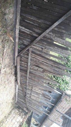 Terreno com duas casinha de madeira