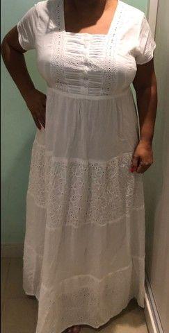 Vestido longo branco com detalhes em renda