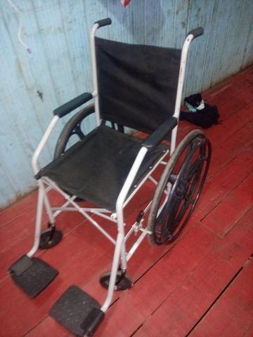 Vende se uma cadeira de rodas
